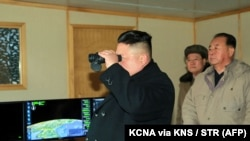 Liderul nord-korean Kim Jong-Un la o lansare de rachetă la 13 februarie