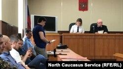 Следователь зачитывает ходатайство об аресте