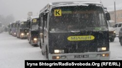 Люди заблокували частину автобусів з внутрішніми військами у Василькові