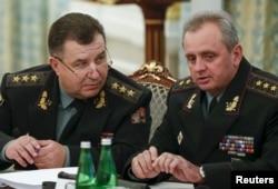 Виктор Муженко (справа) с нынешним министром обороны Украины Степаном Полтораком