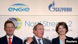 Глава «Газпрома» Алексей Миллер, бывший канцлер ФРГ Герхард Шрёдер и руководитель французской компании Engie Изабель Кошер.