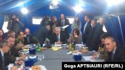 В рабочий график юбилейной, 50-й по счету встречи были внесены изменения и даже накрыли стол в отдельной палатке для участников встречи и журналистов