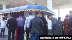 Dollaryň bahasy ýene 20 manatdan aşdy; Gara bazar söwdegärlerine gözegçilik güýçlendirildi