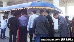 Türkmenistanda dollaryň satylýan döwri, dollar satyn almak üçin nobata duran ýaşaýjylar.