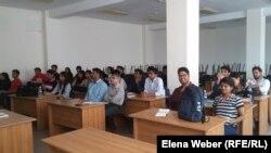 Студенты из Индии сидят в аудитории вуза. Темиртау, 2 июня 2016 года.