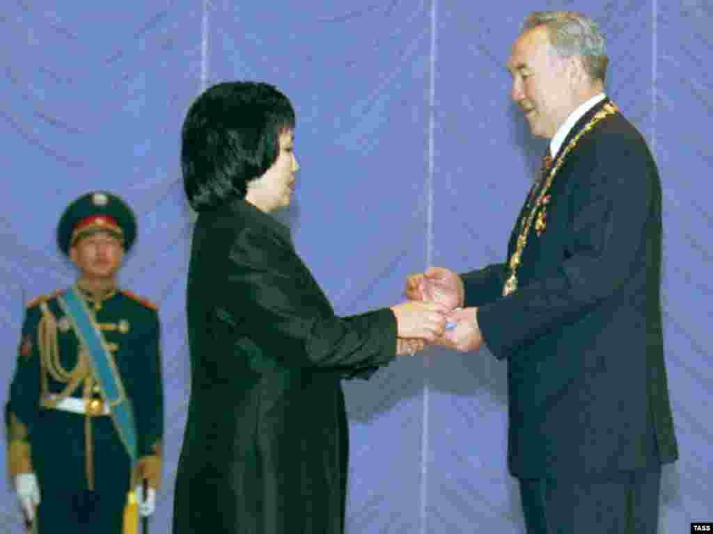 Нурсултан Назарбаев получил из рук председателя Центральной избирательной комиссии Загипы Балиевой удостоверение президента. 20 января 1999 года.