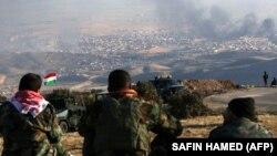 Курдські бійці спостерігають за операцією своїх сил, підтриманих США, в місті Синджар, Ірак, 12 листопада 2015 року