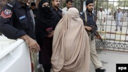 Шарбат Ґула (с) після суду в Пакистані, Пешавар, 4 листопада 2016 року