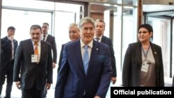 Экс-президент Алмазбек Атамбаев на съезде партии СДПК. 31 марта 2018 года.