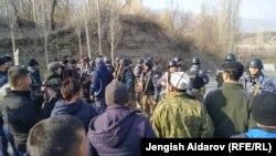 Қырғызстанның Тәжікстанмен шекарасы тұсында жиналған тұрғындар мен күш құрылымы өкілдері. 2019 жылдың наурыз айы.