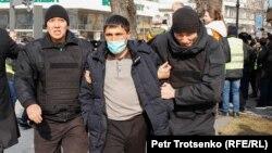 Полицейские задерживают мужчину во время митингов. Алматы, 22 февраля 2020 года. Иллюстративное фото.