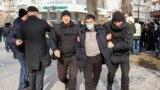 Казахстан. Полицейские задерживают мужчину во время митингов. Алматы, 22 февраля 2020 года.