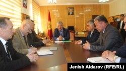 Өкмөттүн Баткен облусундагы өкүлү Абиш Халмурзаев тажик делегациясынын кабыл алууда.