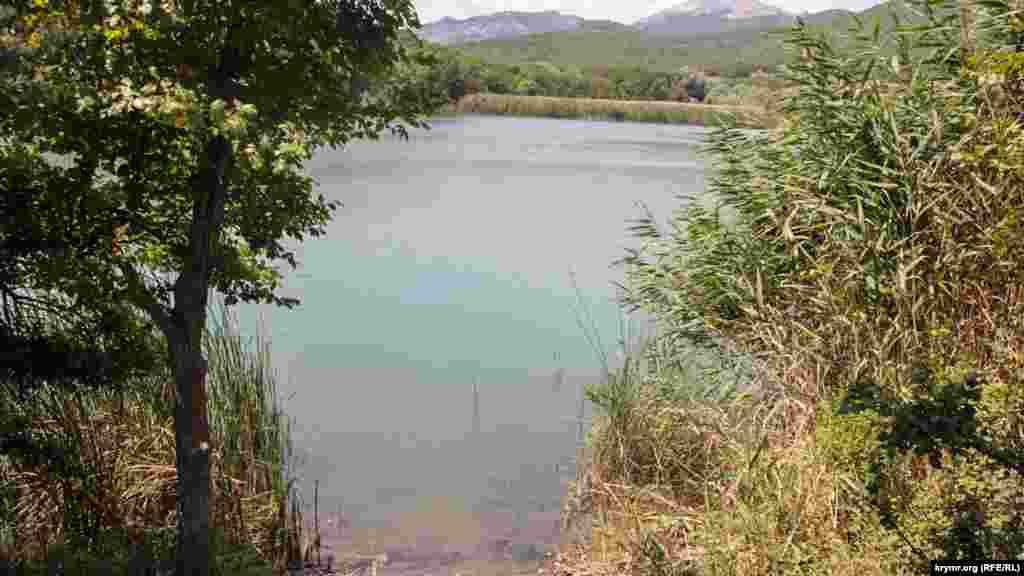 Озеро, где отдыхают местные рыбаки и туристы