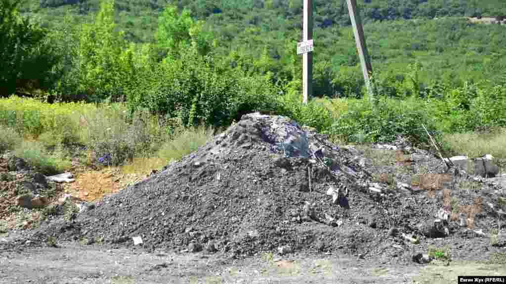 В 100 метрах от села Тыловое тоже незаконно складируют строительный мусор