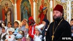 Православный священник и туркменские дети, Ашхабад