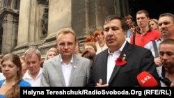 Міхеїл Саакашвілі (п) і мер Львова Андрій Садовий, 8 серпня 2014 року