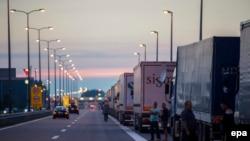 Reshtat e gjatë të kamionëve që presin në pjesën e kufirit të Serbisë për të kaluar në Kroaci