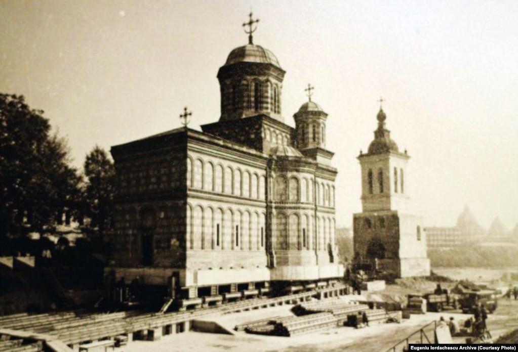 Mânăstirea Mihai Vodă a fost mutată în același timp cu turnul de la intrare în 1985.
