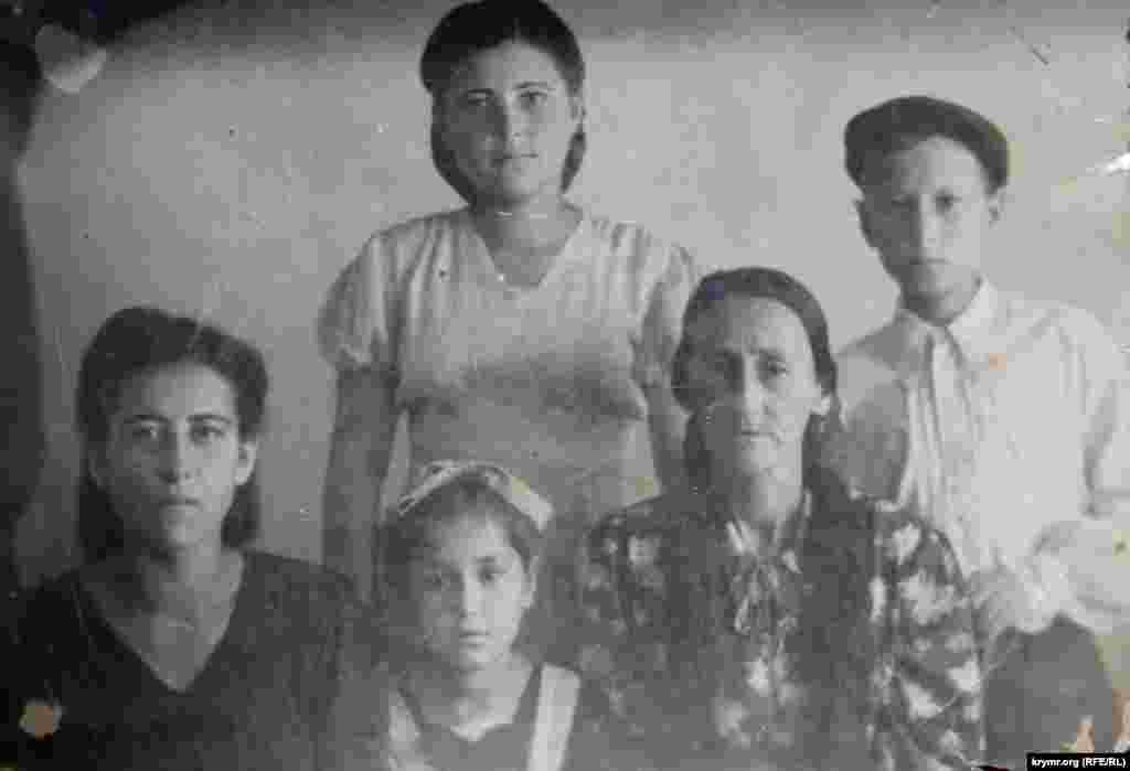 Семья Зумрие-ханум попала в Маргилан, город в Ферганской области Узбекистана. Семье пришлось жить в бараках, где в комнате ютилось по 6-7 семей.На чужбине местные жители встречали крымских татар вилами и кирками. «Им рассказали, что едут плохие люди, которые предали свою Родину», – поясняет Зумрие-ханум
