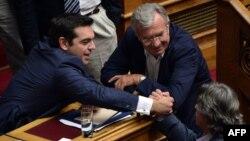 Алексіса Ципраса вітають парламентарі після голосування щодо довіри, 8 жовтня 2015 року