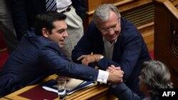 Алексис Ципрас получает поздравления от сторонников после голосования в парламенте 8 октября