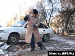 Улмекен Серикбаева подметает двор многоэтажки. Шымкент, 14 ноября 2018 года.