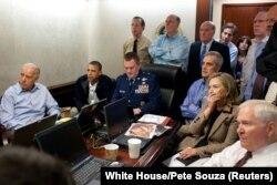 აშშ-ის პრეზიდენტი ბარაკ ობამა (მარცხნიდან მეორე) აშშ-ის ვიცე-პრეზიდენტ ჯო ბაიდენთან (მარცხნივ) და ეროვნული უსაფრთხოების გუნდის სხვა წევრებთან ერთად თეთრ სახლში ადევნებს თვალს ოსამა ბინ ლადენის ლიკვიდაციის ოპერაციას, რომელიც აშშ-ის სპეცდანიშნულების რაზმმა განახორციელა.