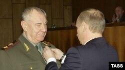 Дмитрий Язов президент Путин билан. Москва шаҳри, 2004 йил, 17 ноябрь.