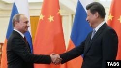 Russiýanyň prezidenti Wladimir Putin (çepde) we Hytaýyň prezidenti Si Jingping. 3-nji sentýabr, 2015 ý.