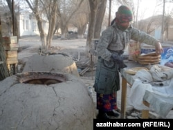 В тамдырах выпекают традиционный туркменский хлеб - чорек