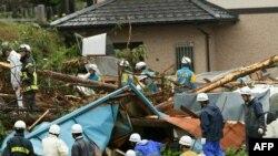 Япония: спасатели и полиция разбирают завалы