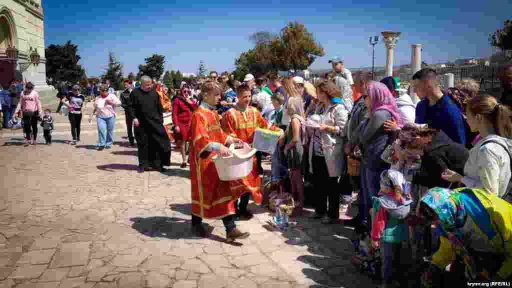 Во Владимирском соборе, который находится на территорииисторико-археологического заповедника «Херсонес Таврический», также освящали пасхальные корзины