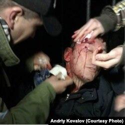 Поранений Юрій Луценко. Фото Andriy Kovalov. Цю світлину взято з сайту «Української правди»