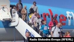 Холандски туристи пристигнуваат во Охрид. април 2012.