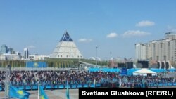 Люди, которых привезли на инаугурацию президента Казахстана. Астана, 29 апреля 2015 года.