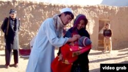 Дәрігер балаға полиомиелитке қарсы вакцина егіп тұр. Пәкістан.