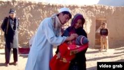 Пакистанские медики проводят вакцинацию детей от полиомиелита.