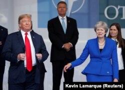 Президент США Дональд Трамп і прем'єр-міністр Великої Британії Тереза Май на початку саміту НАТО в Брюсселі, 11 липня 2018 року.