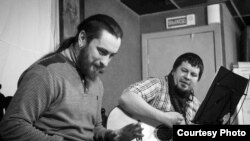 Вакаліст гурта Dzieciuki Алесь Дзянісаў - за працай над новай песьняй