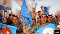 AKP-nin tərəfdarları qələbələrini qeyd edirlər – 22 iyul 2007