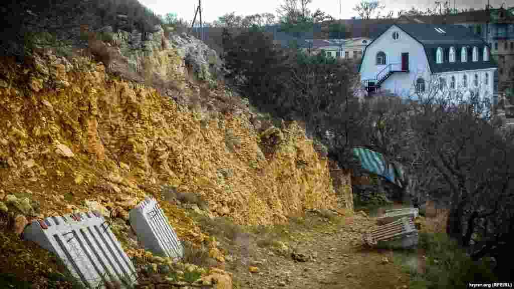 У 2017 році монастир звласної ініціативи вже починав незаконне будівництво дороги й торгового кіоску
