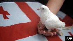 Tbilisi: žena držeći goluba u ruci prosvjeduje za mir u Gruziji