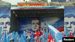 """Кремлчи жаштардын """"Наши"""" тобунун активисттери """"Бирдиктүү Орусиянын"""" жеңишин белгилөөдө. Москва, 5-декабрь,2011."""
