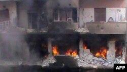 Zjarr dhe tym në një lagje të qytetit Homs në Siri më 21 qershor