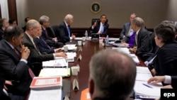 Президент Барак Обама (төрдө) Ак Үйдө улуттук коопсуздук кызматтарынын башчылары менен жыйын өткөрүүдө. 5-январь, 2010