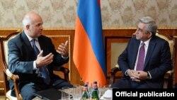Президент Армении Серж Саргсян принимает комиссара СЕ по вопросам прав человека Нильса Муйжниекса (слева), Ереван, 7 октября 2014 г.
