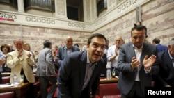 Прэм'ер-міністар Грэцыі Алексіс Цыпрас (у цэнтры) у парлямэнце краіны ў Атэнах, 10 ліпеня 2015 году