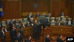 Pamje nga sulmi me vezë nga opozita, Kuvendi i Kosovës, 22 shtator 2015