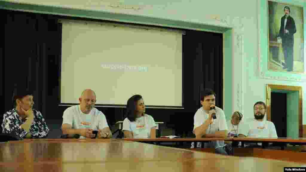 Jurnaliștii Valentina Ursu, Corneliu Durnescu, Natalia Morari, Ruslan Mihalevschi și Ivan Sveatcenko (de la stânga la dreapta)